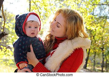 parc, automne, conversation, mère, dorlotez fille