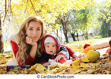 parc, automne, mère, dorlotez fille, jouer