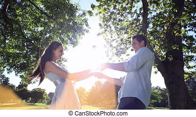 parc, couple heureux, danse