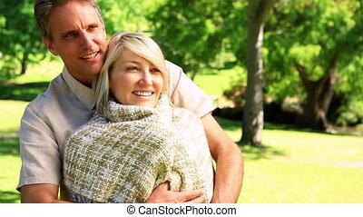 parc, couple heureux, debout