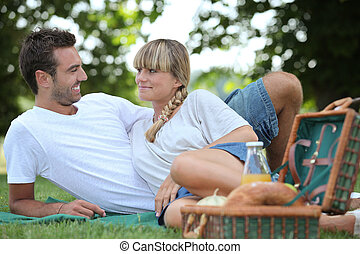 parc, couple, pique-nique, jeune, avoir