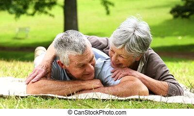 parc, délassant, couple, personne agee