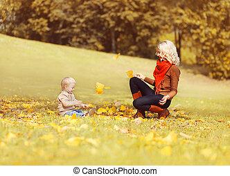 parc, enfant, ensoleillé, ensemble, jouer, automne, jaune, pousse feuilles, mère, amusement, herbe, avoir, heureux