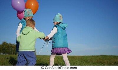 parc, entourer, tenant mains, ballons, enfants, heureux