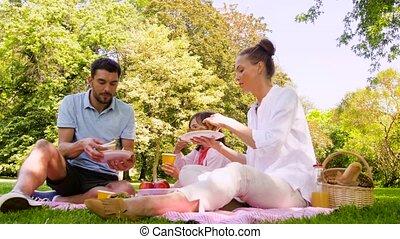 parc, famille, été, manger, sandwichs, pique-nique