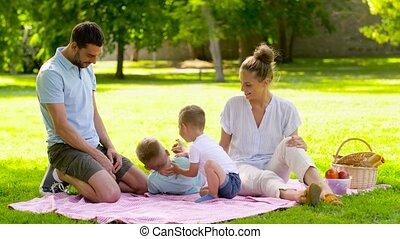 parc, famille heureuse, été, avoir pique-nique