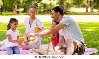 parc, famille heureuse, buvant jus, pique-nique