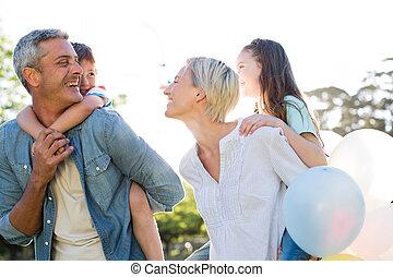 parc, famille heureuse, marche