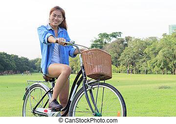 parc, femme, extérieur, équitation bicyclette