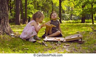 parc, filles, manger, deux, pizza.
