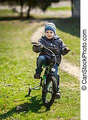 parc, garçon, peu, équitation bicyclette