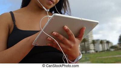 parc, handicapé, musique, tablette numérique, 4k, femme, gros plan, écoute