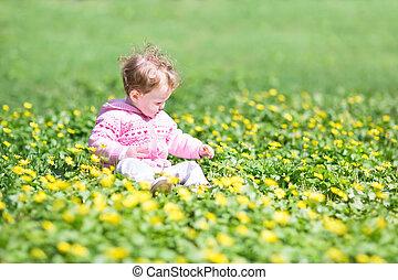 parc, jaune, dorlotez fille, fleurs, adorable, jouer