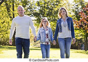 parc, jeune famille, désinvolte