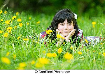 parc, jeune, jolie fille, herbe, mensonge