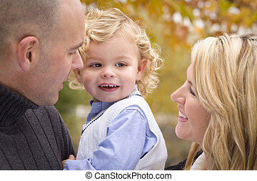 parc, jeune, parents, séduisant, enfant, portrait