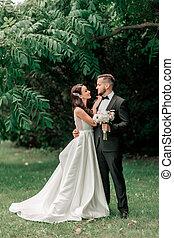 parc, nouveaux mariés, portrait, couple heureux, fond, été