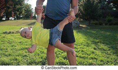 parc, père, fils, bas, dessus, oscillation, enfantqui commence à marcher