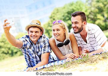 parc, prendre, amis, groupe, selfie