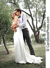 parc, printemps, nouveaux mariés, portrait, heureux