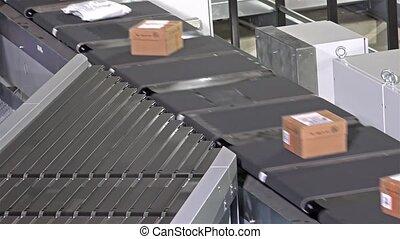 Parcels and foil bags on conveyors - Parcels and foil bags...