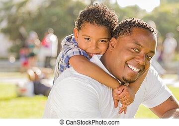 parco, padre, figlio, spalle, corsa, mescolato, gioco