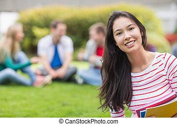 parco, sfocato, studente università, sorridente, amici
