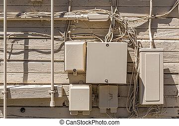pared de madera, cajas, eléctrico, beige, desordenado, cables