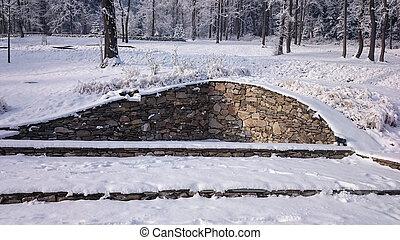 pared de piedra, en, montañas, cubierto, con, nieve fresca