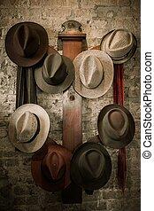 pared, percha, con, un, un, sombreros diferentes, en, él