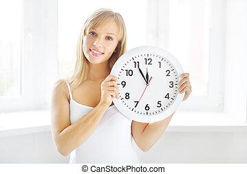 parede, menina sorridente, relógio