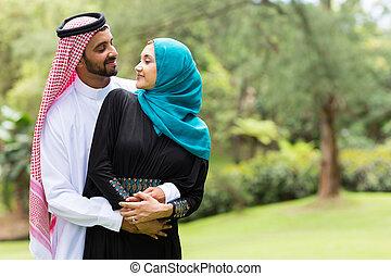 pareja, árabe, se abrazar