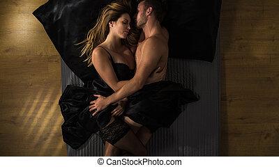 pareja, abrazar, después, sexo