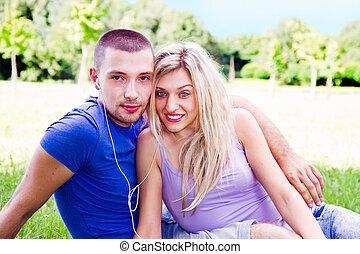 pareja, acostado, en el parque