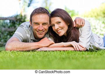 pareja, acostado, jardín, abajo