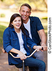 pareja adolescente, en una bicicleta