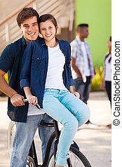 pareja adolescente, montar una bicicleta