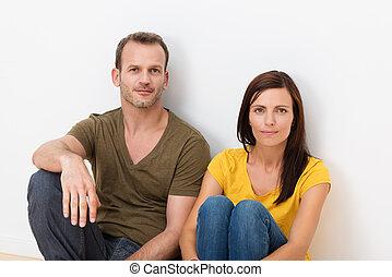 pareja adulta, sentado, en, el, piso