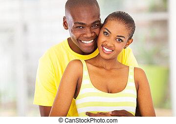 pareja, africano, joven, abrazar, otro, cada