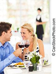 pareja, afuera, comida, joven, restaurante