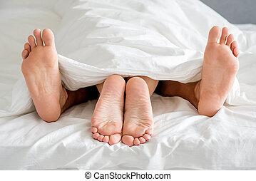 pareja, arriba, cama, pies, cierre, blanco, suelas
