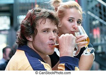pareja, bebida, cerveza