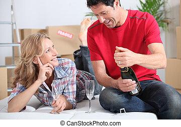 pareja, bebida, champaña, en, nuevo hogar