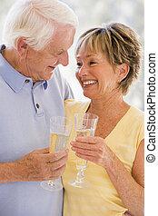 pareja, bebida, champaña, y, sonriente