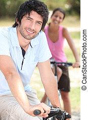 pareja, bicicleta que cabalga