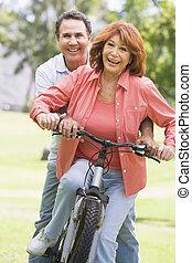 pareja, bicicleta, riding., maduro