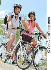 pareja, biking, orilla, de, pendiente