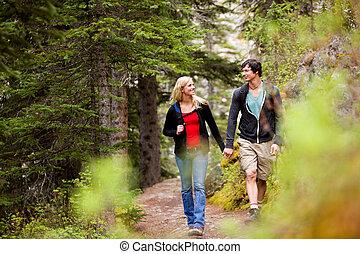 pareja, bosque, caminata