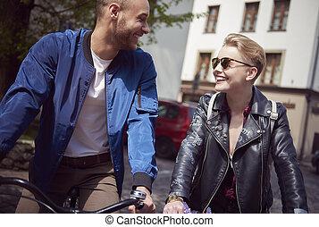 pareja, calle, ciclismo