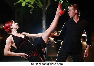 pareja, calle, night., bailando